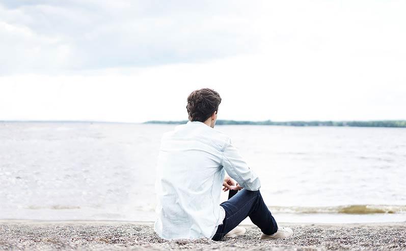 vīrietis pie jūras