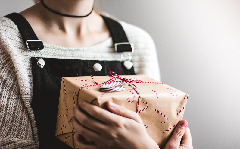 дарить подарки на новый год
