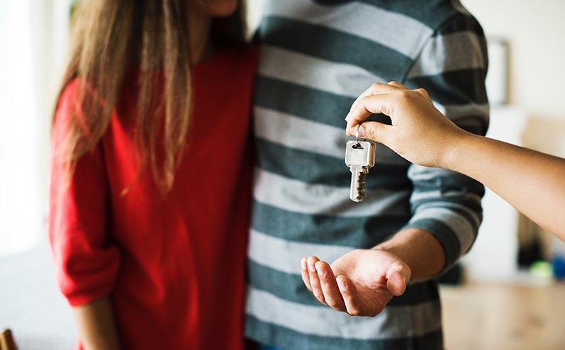 пара получает ключи от квартиры