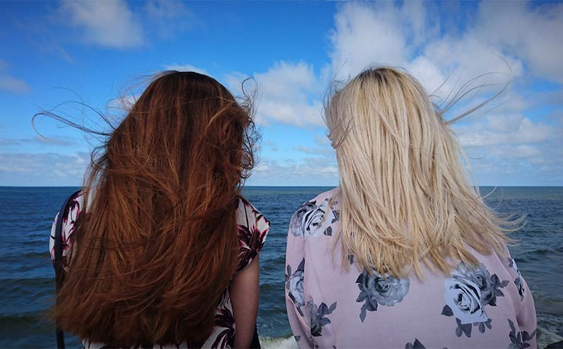 meitenes pie jūras