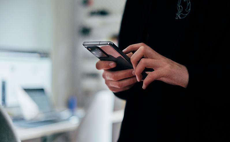 mobilais telefons rokās