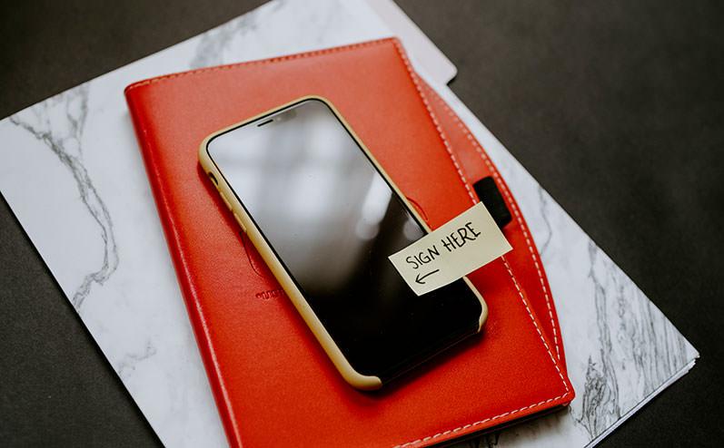 mobilais telefons uz galda