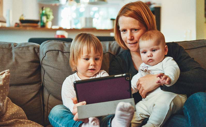 mamma ar diviem bērniem