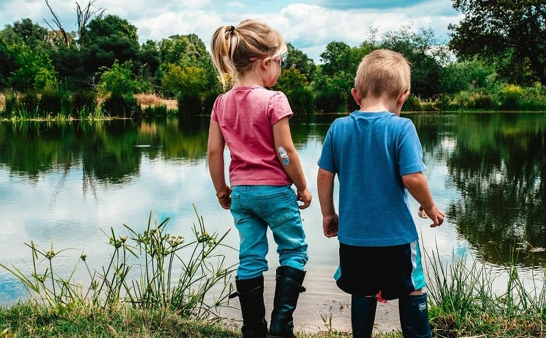 bērni laukos