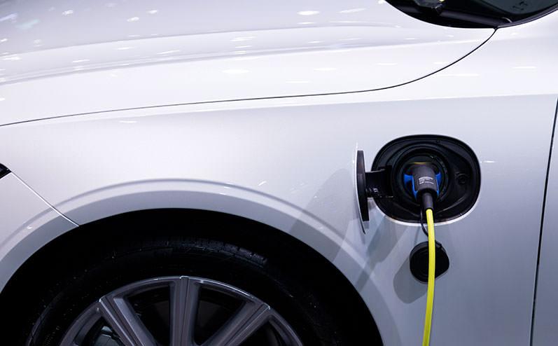 белый электроавтомобиль