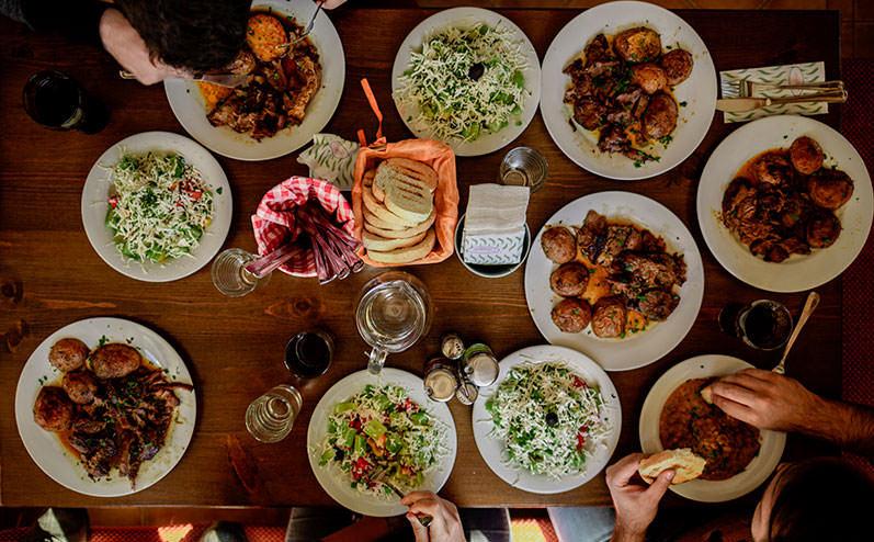 vakariņu galds