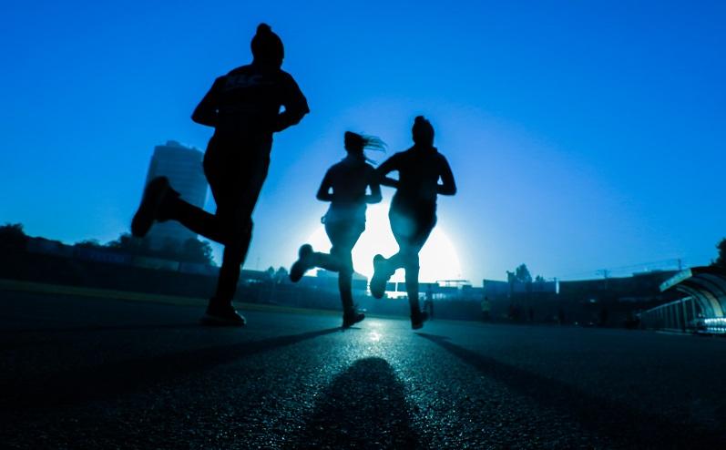 cilvēki skrien