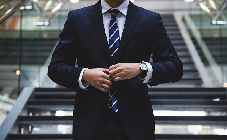 vīrietis uzvalkā